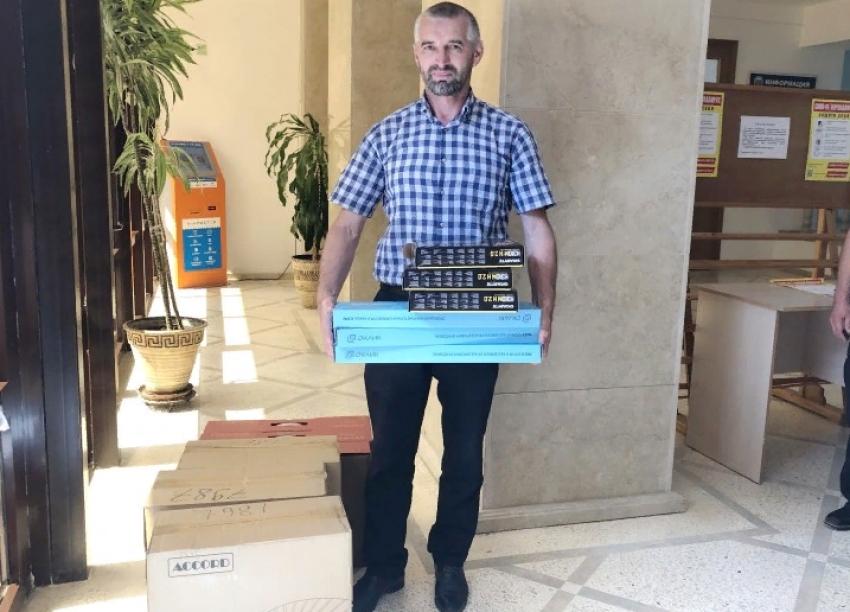 Школы Буйнакского района получили 313 новых компьютеров