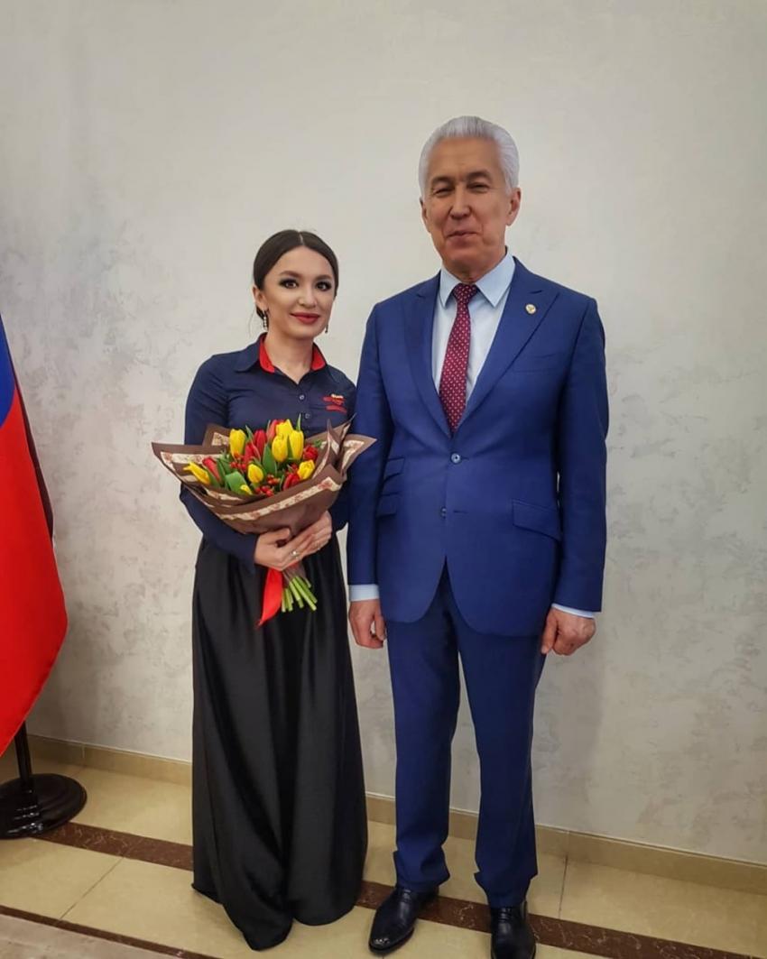 Гюльназ Гаджикурбанова получила именные часы главы Дагестана