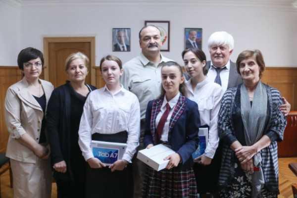 Сергей Меликов наградил  старшеклассников, победивших в конкурсе на лучшее сочинение о событиях 1999 года