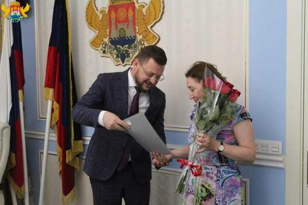Мэр Махачкалы вручил ключи от квартир 6 семьям переселенцев из ветхого жилья