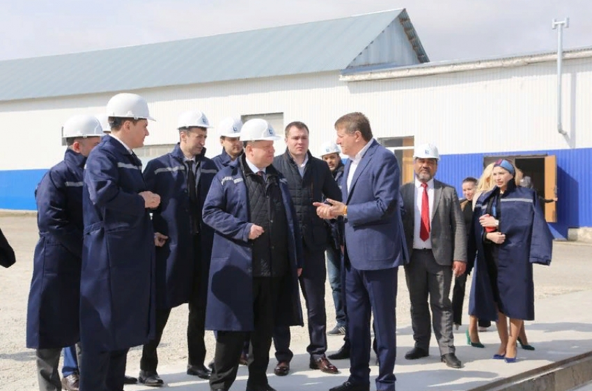 Сергей Чеботарев посетил завод стройматериалов в Буйнакском районе