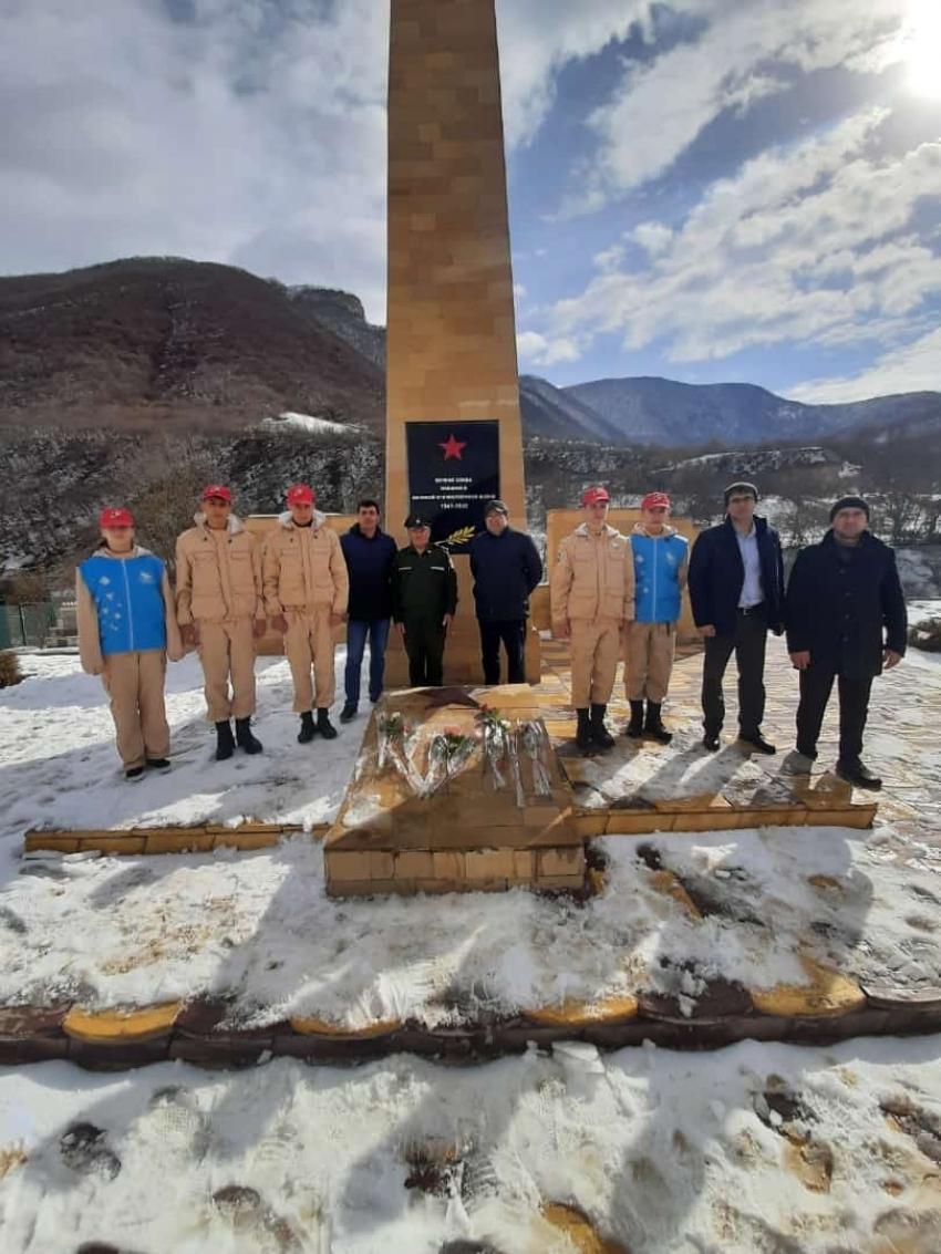 В селе Хучни ко Дню защитника Отечества возложили цветы к памятнику