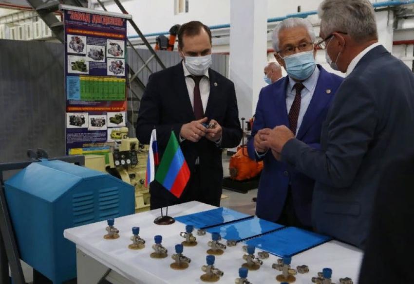 Владимир Васильев наградил специалистов завода «Дагдизель»
