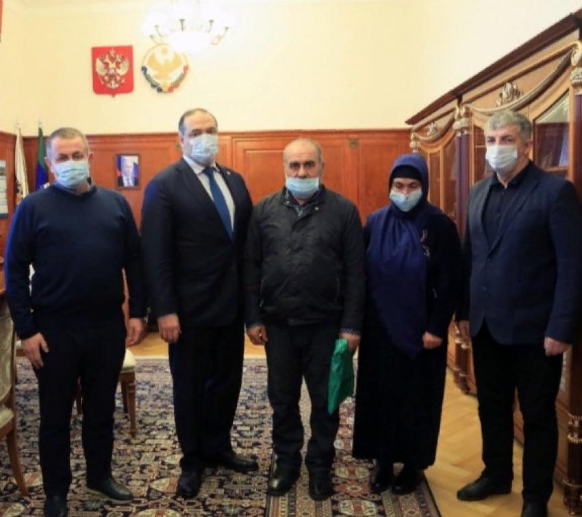 Глава Дагестана Меликов встретился с родителями братьев Гасангусейновых