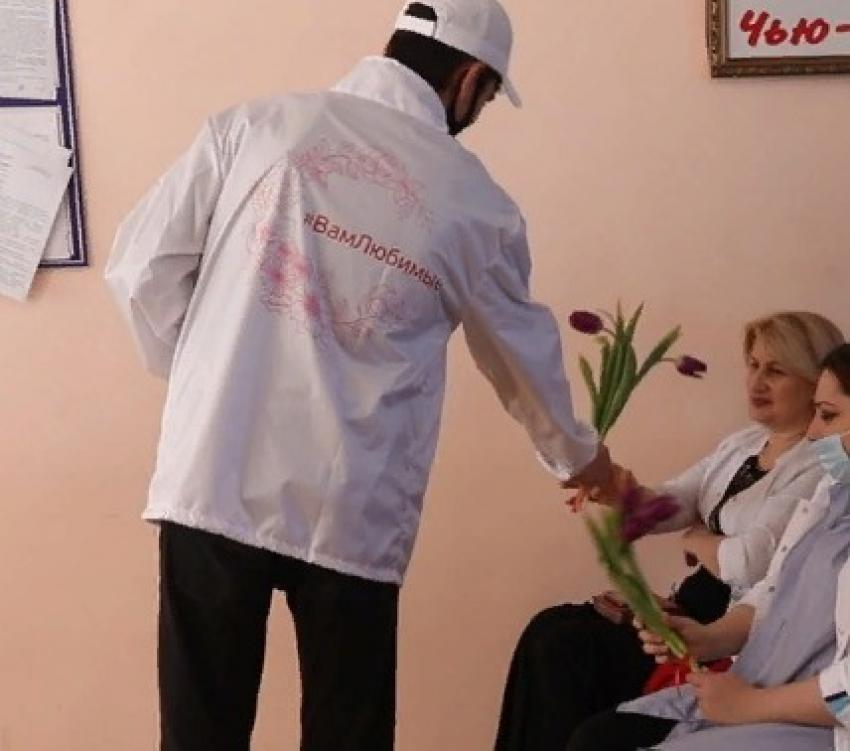 В Хасавюрте проходит акция к 8 марта «Вам, любимые!»