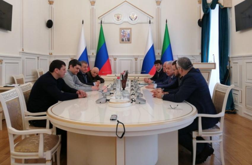 Васильев вручил удостоверения общественным помощникам главы Дагестана