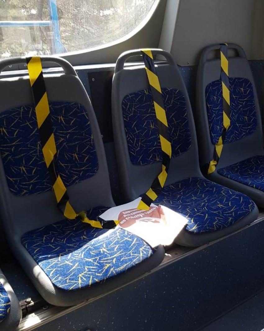 В общественном транспорте Махачкалы устанавливают ленты для соблюдения дистанции