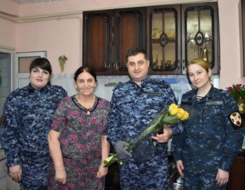 В Дагестане росгвардейцы поздравили матерей и вдов погибших сослуживцев с 8 марта