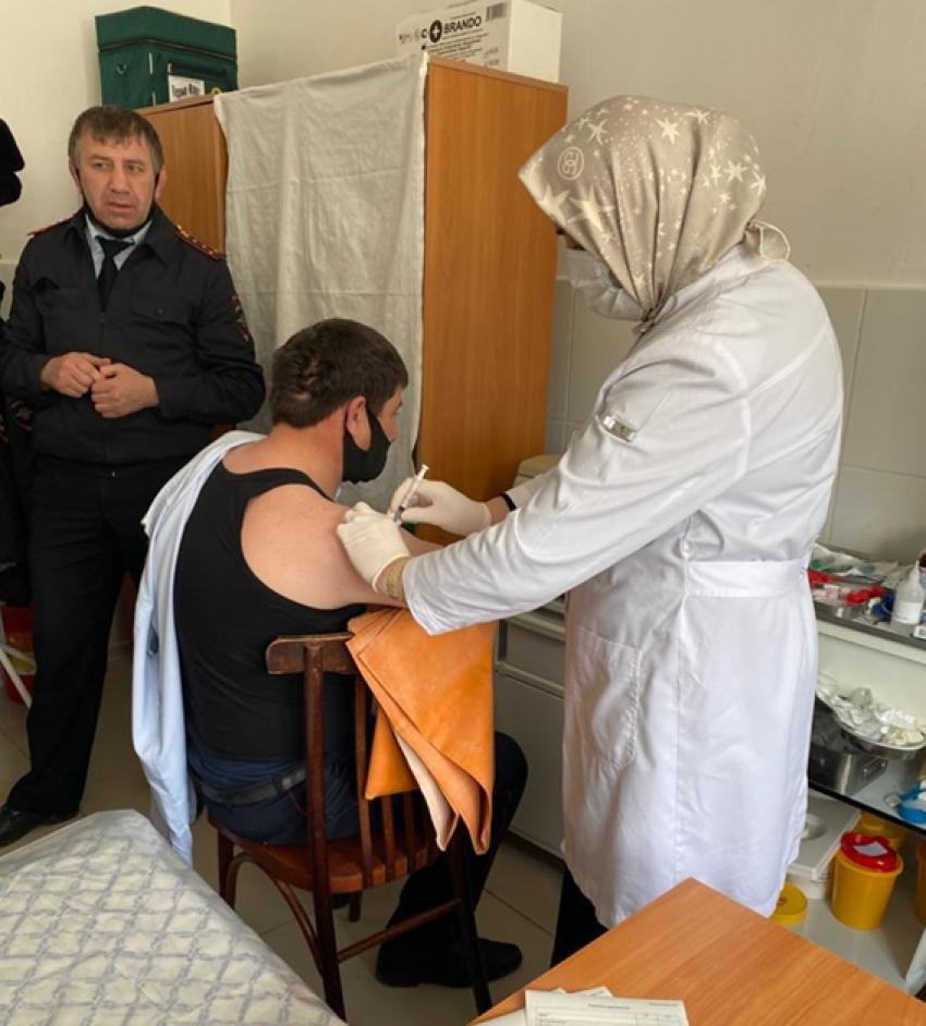 Сотрудники полиции Акушинского района вакцинируются от коронавируса