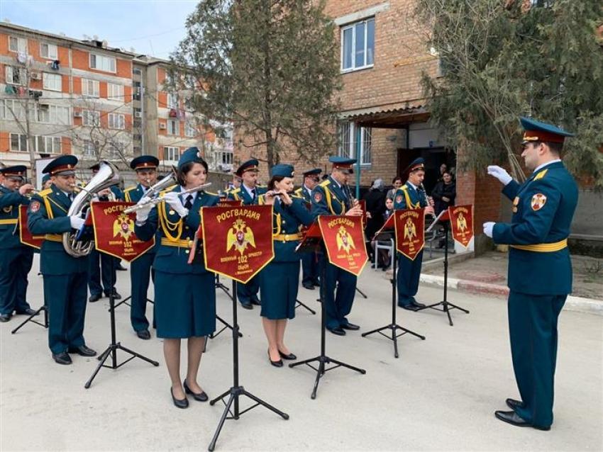 В Кизляре для ветерана войны провели «Парад под окнами»