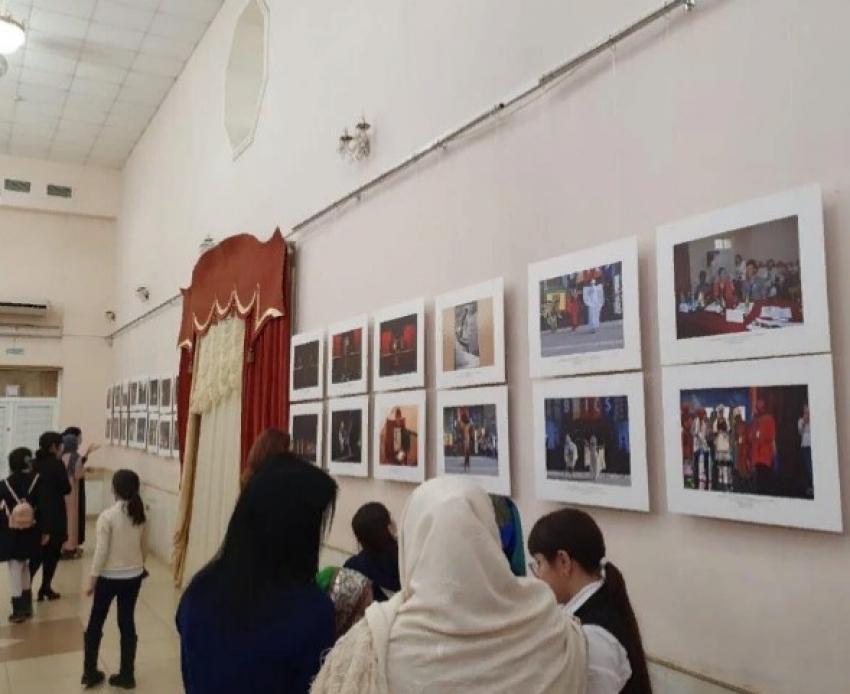 В Махачкале проходит выставка «Театр и время» к столетию ДАССР