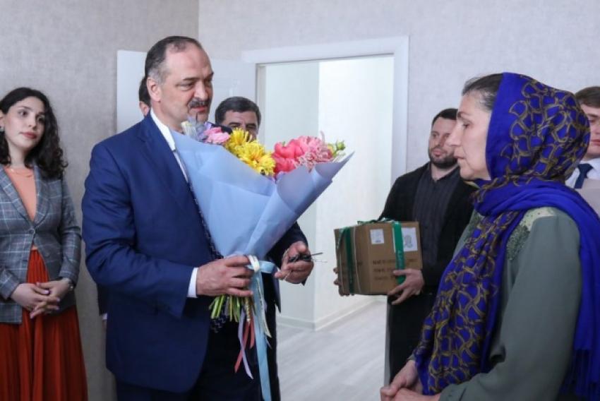 Глава Дагестана вручил ключи от квартиры семье Героя России Зейнудина Батманова