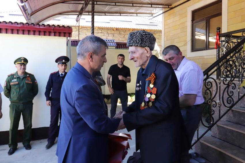Правительственная делегация поздравила ветерана Гасана Раджабова с 9 Мая