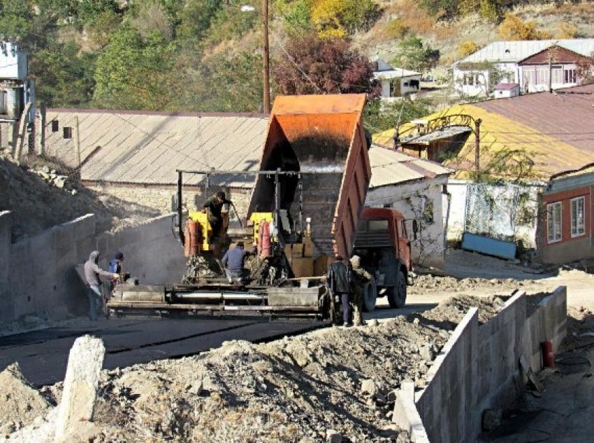 В Гумбетовском районе асфальтируют участок дороги Мехельта – Шабдух