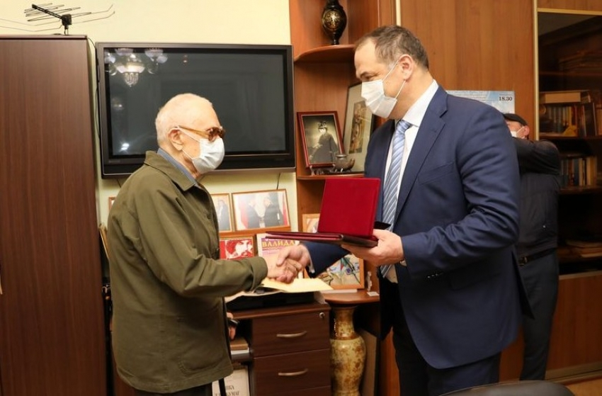 Меликов поздравил народного артиста СССР Мурада Кажлаева с 90-летним юбилеем