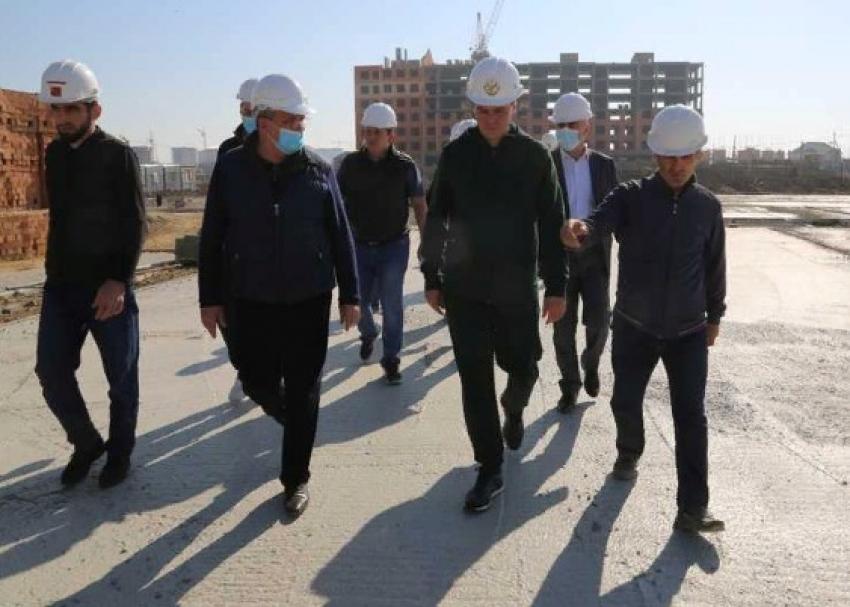 Артем Здунов проверил строительство детского сада в Каспийске