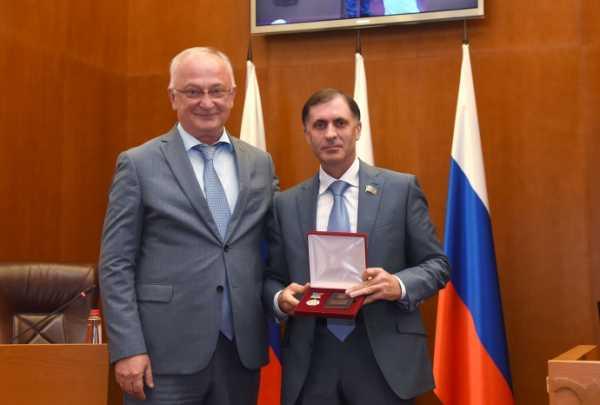 Премьер-министр Дагестана вручил депутатам парламента госнаграды