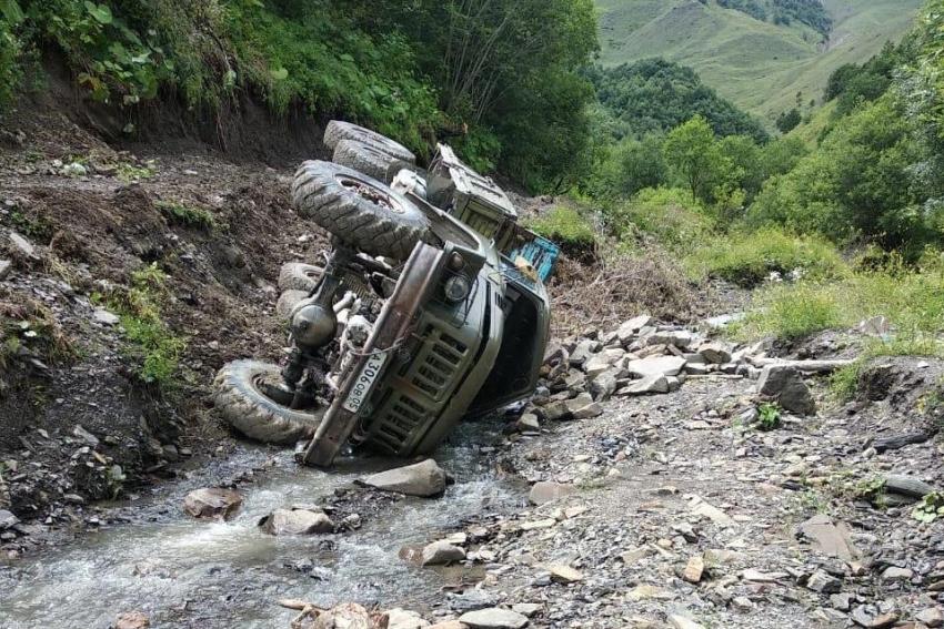 При падении грузовика с обрыва в Дагестане пострадали 5 детей