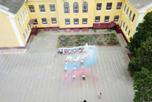 В Хасавюрте ко Дню России провели флешмоб «Флаги России»