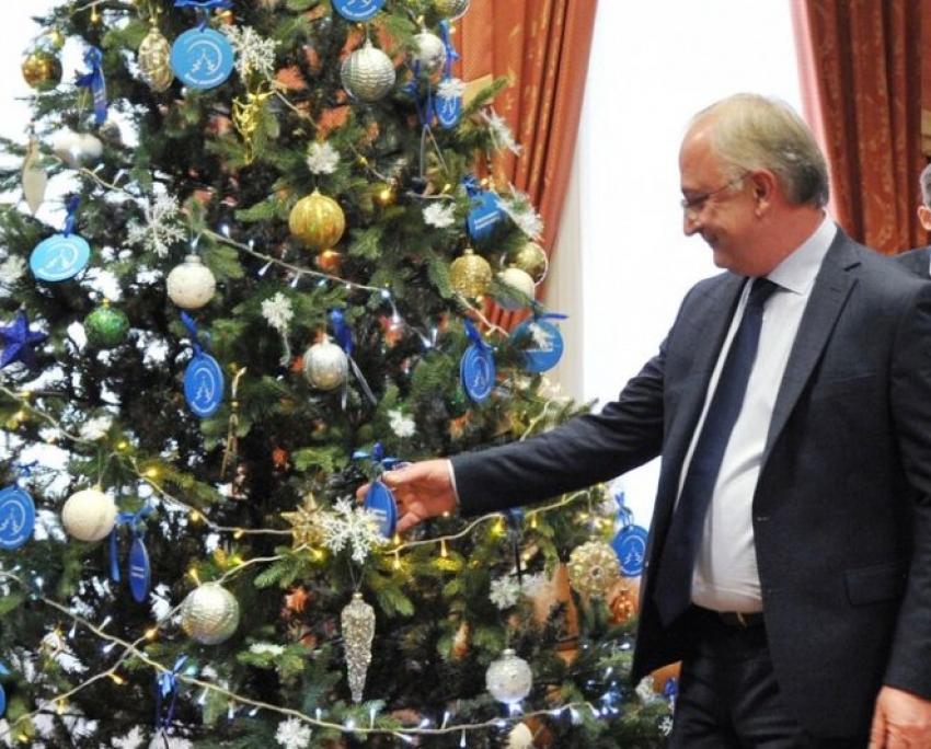 Абдулпатах Амирханов исполнил новогодние желания детей из Ахвахского района и Кизляра