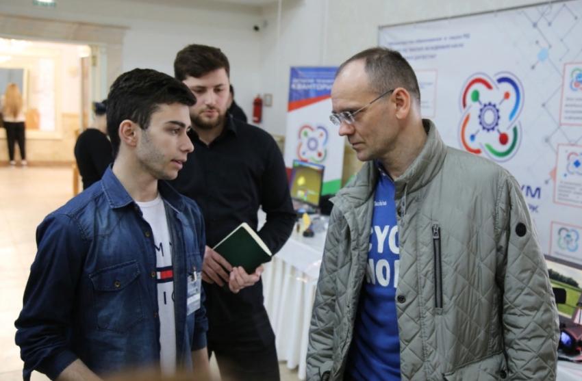 Замглавы минпросвещения РФ посетил площадку хакатона «IT-KOT» в Дербенте