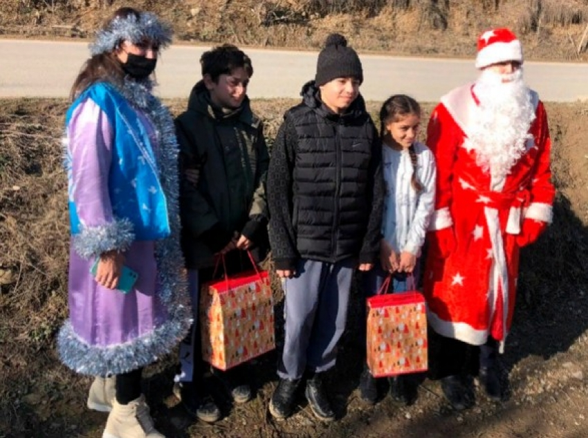 Детям из многодетных и малоимущих семей Кайтагского района вручили новогодние подарки