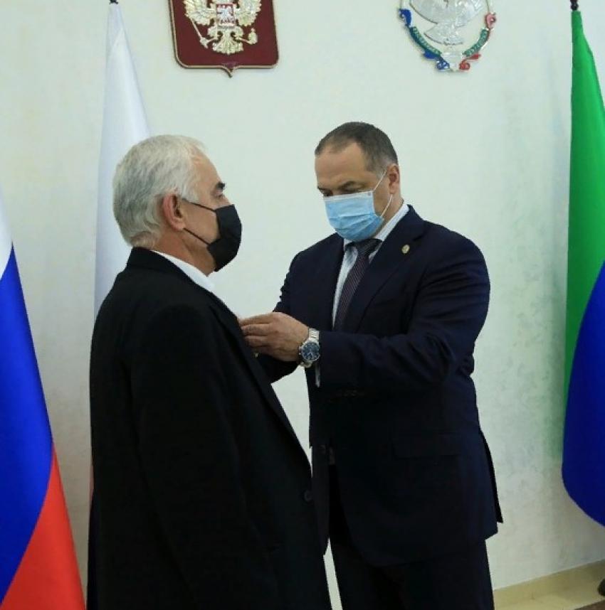 Глава Дагестана наградил медиков за борьбу с коронавирусом