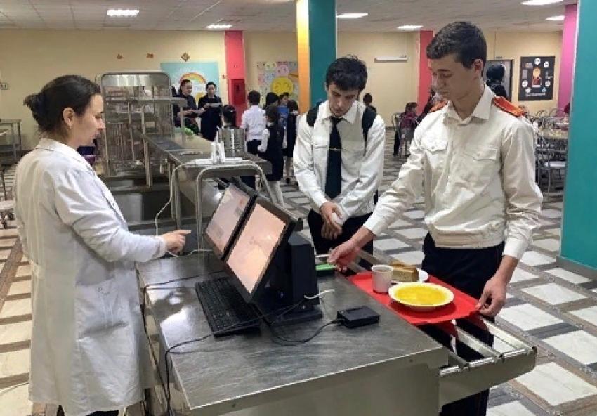 В дагестанских школах введут систему безналичной оплаты питания